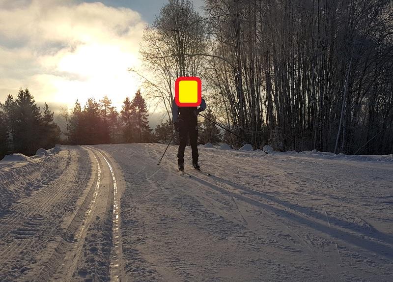 Ukjent skiløper med sol i ryggen.
